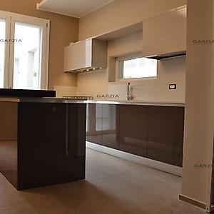 22 ambiente cucina moderno con isola laccato lucido vista piscina