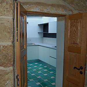 7 cucina moderna bianca con gola abitazione antica